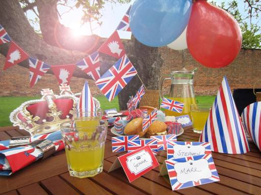 Free Jubilee crowns, bunting, flags and party hats